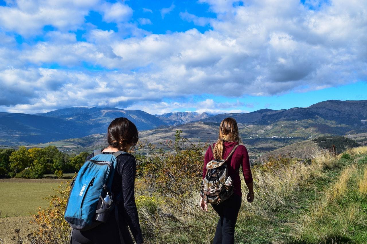 To piger er på vandretur