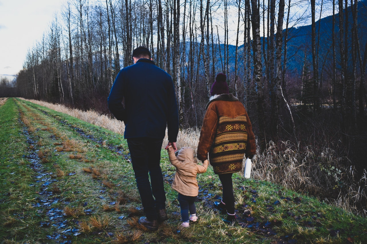 Barn sammen med forældre i naturen