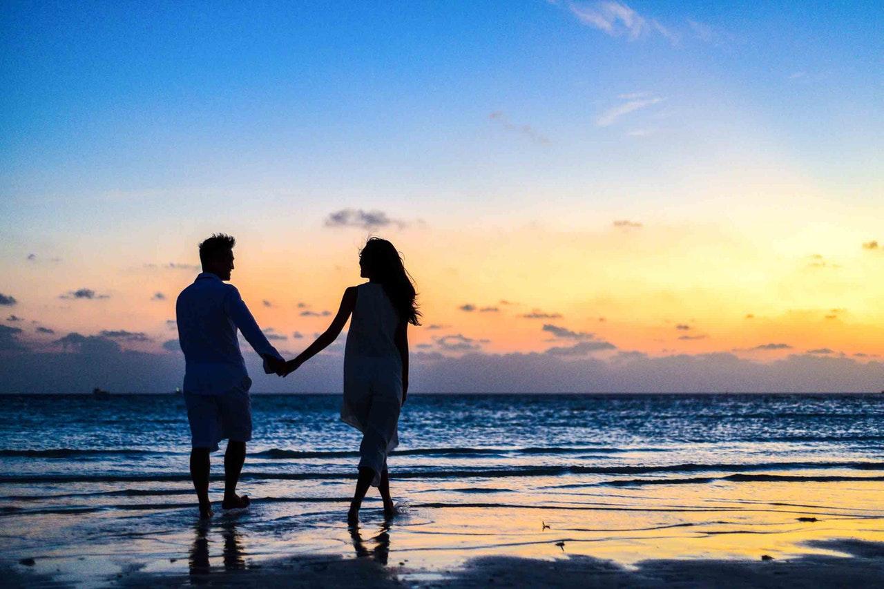 Mand og dame går tur sammen på strand