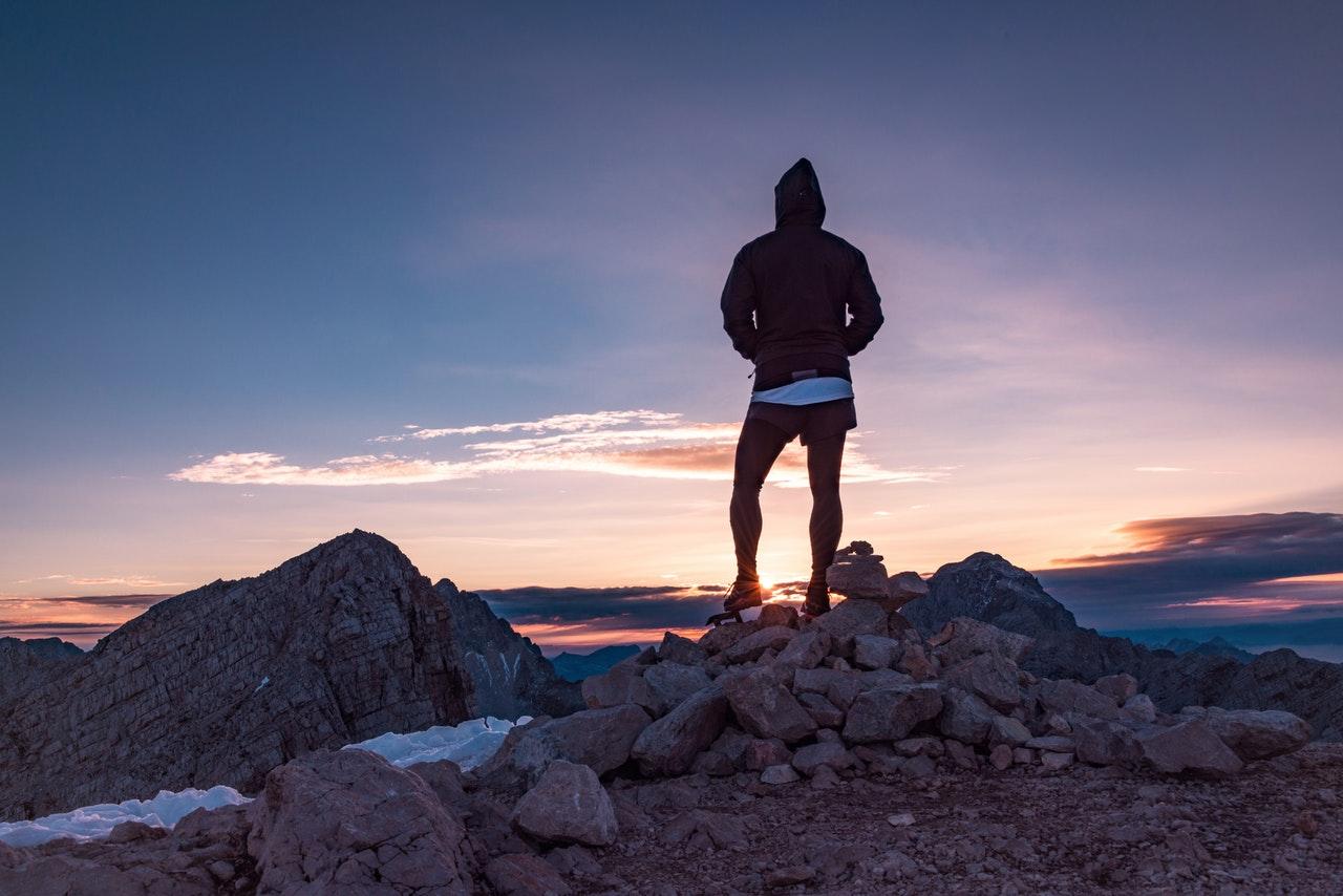 Person er på vandretur i bjergene