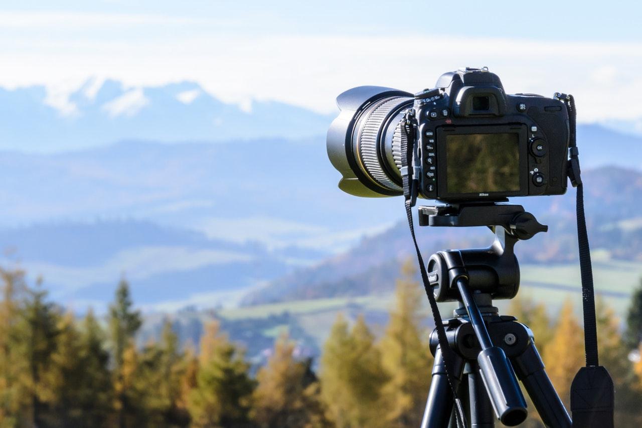 Sort kamera tager billeder af flot udsigt over natur