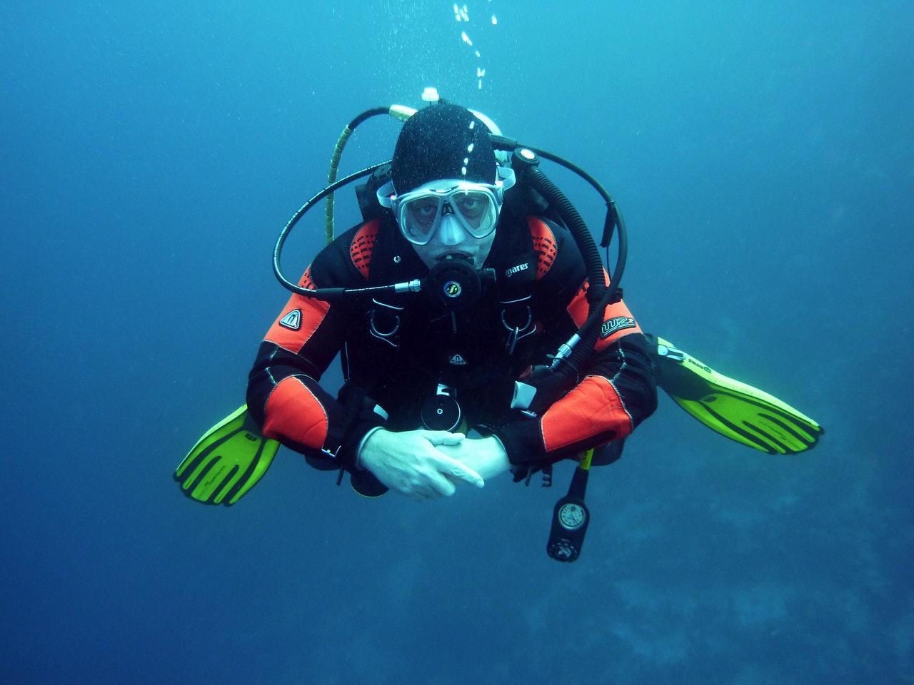 Person dykker med fuldt dykkerudstyr